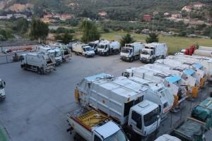 Il piazzale antistante al capannone di Ciro Capacci con i mezzi della Tra.De.Co. Spa