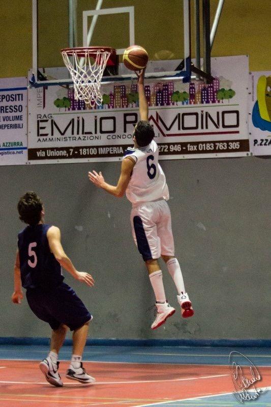 Nella foto (di Claudio Valente) Giulio Mancuso al tiro nella partita contro il Cffs Cogoleto.